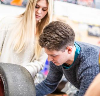 Fahrzeugtechnik-Studierender arbeitet an einem Projekt.