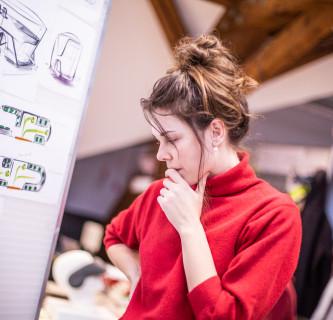 Frau betrachtet Ausstellung