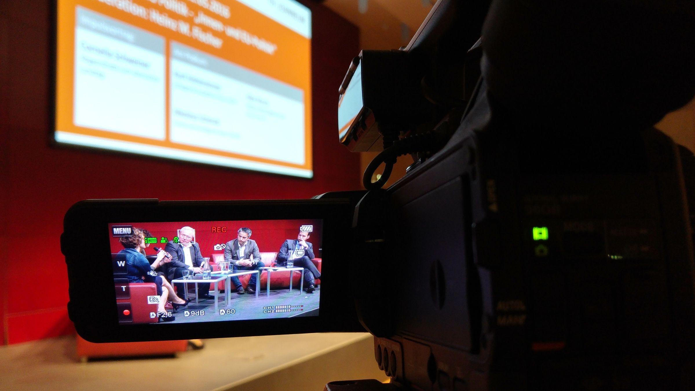 Die Vorträge und Podiumsdiskussionen wurden aufgezeichnet und stehen auf dem YouTube-Kanal des ZML – Innovative Lernszenarien zur Verfügung.