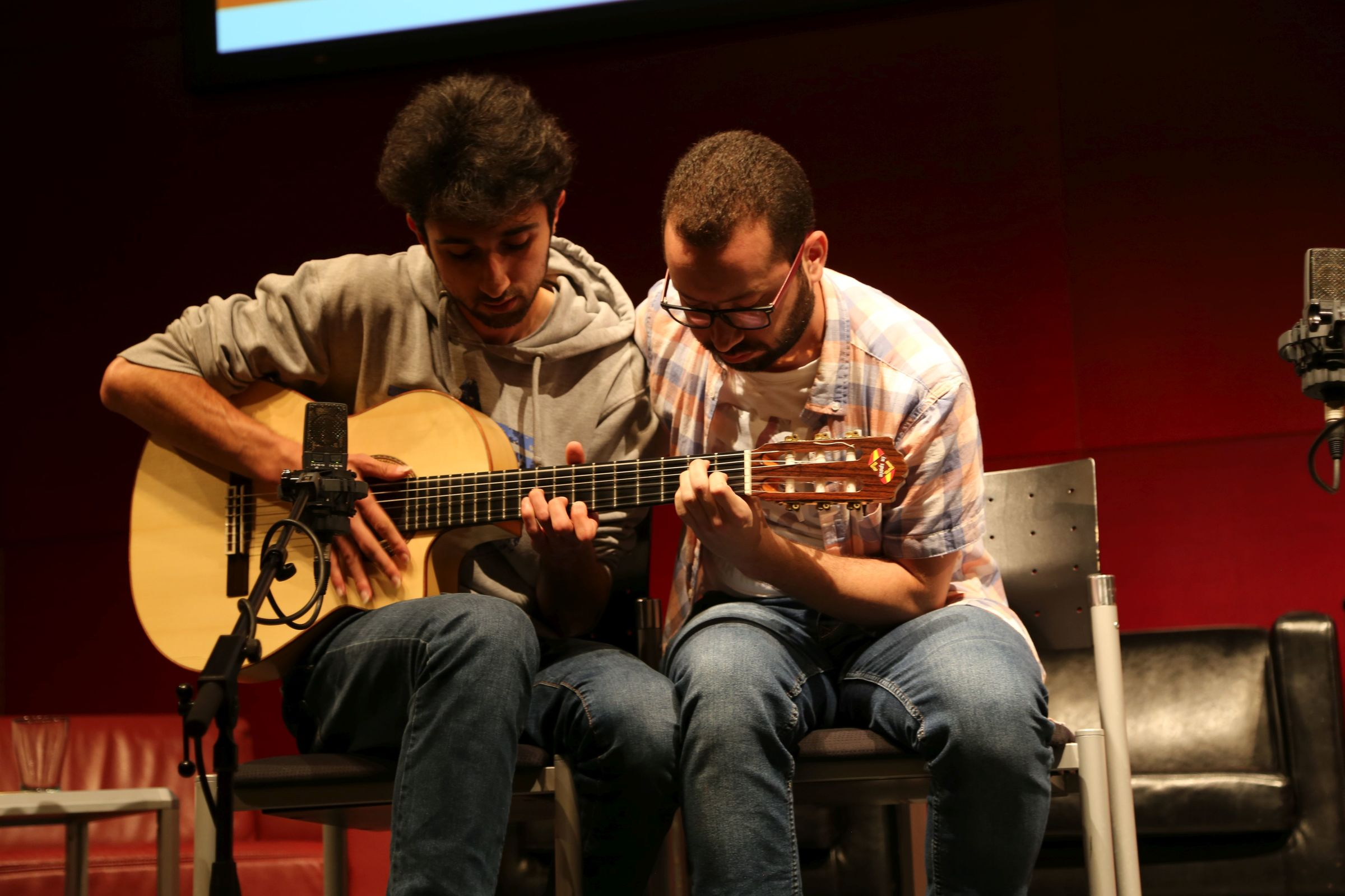 Abdullah Baghdadi und Mohamad Mulham Abo Radan sorgten mit ihren Gitarren für die musikalische Begleitung der Veranstaltungen. Beide kommen aus Syrien und warten auf ihren Asylbescheid. Seit sechs Monaten lernen sie Deutsch und geben Konzerte.
