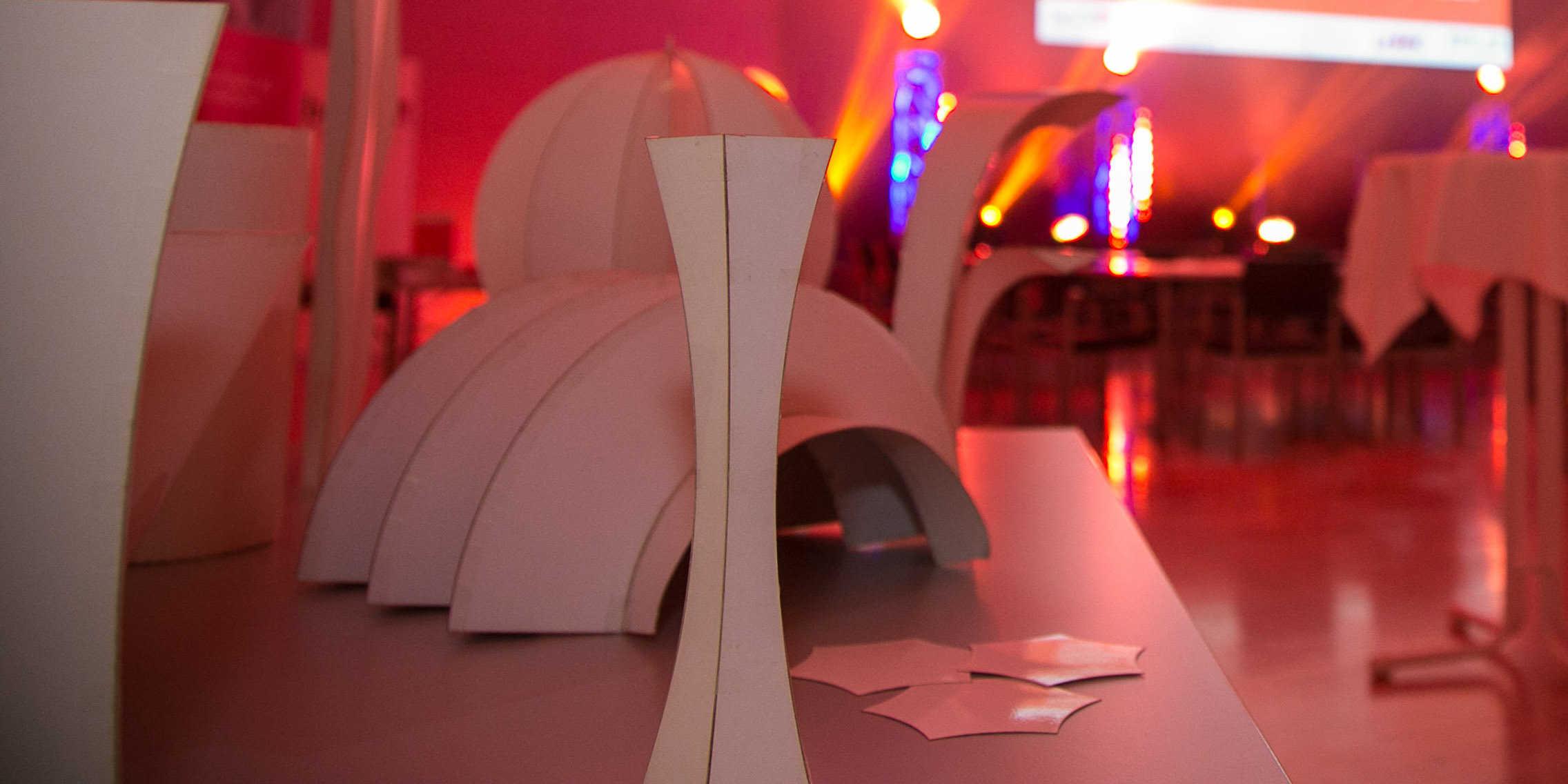 Studierende und MitarbeiterInnen haben schon jetzt viele Ideen für mögliche Dünnglasstrukturen entwickelt und Modelle gebaut. Es werden noch mehr werden. (Foto: Klaus Morgenstern)