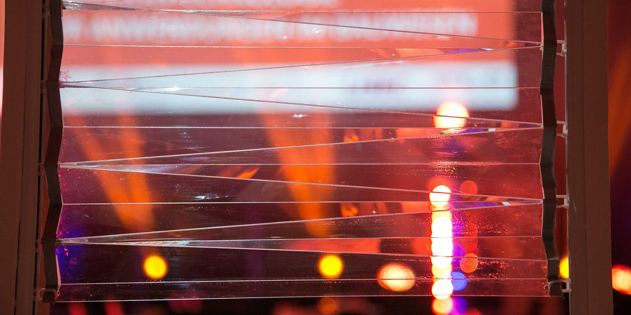 Glasfassaden sollen in Zukunft auch beweglich sein. Hier drehen sich die Dünnglasplatten beim Hochschieben ineinander. (Foto: Klaus Morgenstern)