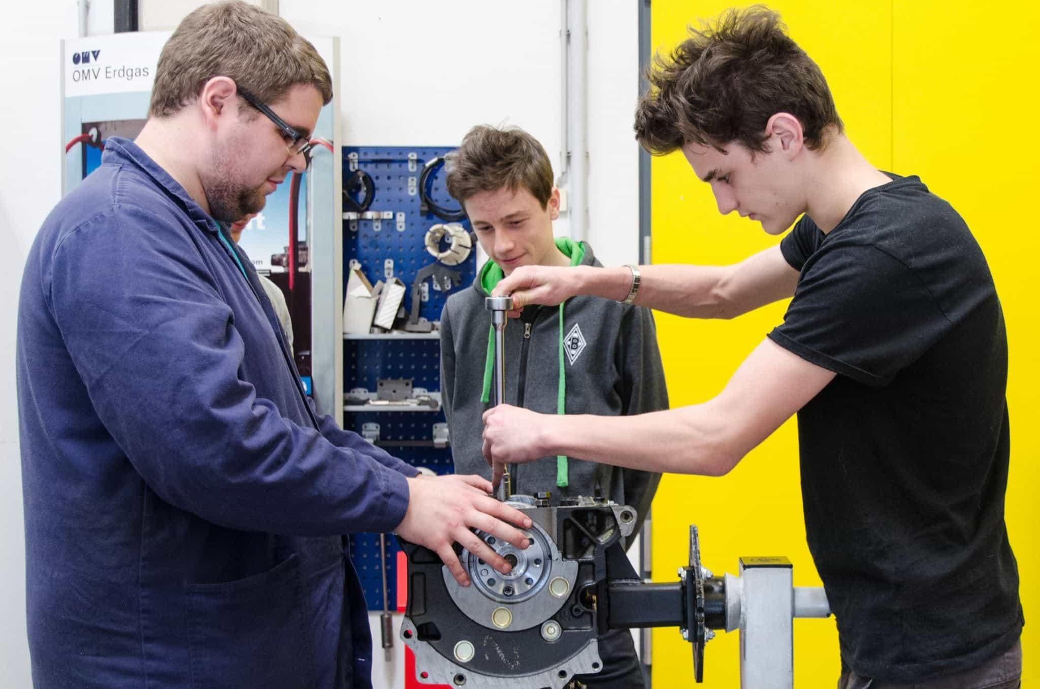 """Motoren zerlegen und wieder zusammenbauen: Das waren Aufgaben beim Workshop des Studiengangs """"Fahrzeugtechnik / Automotive Engineering"""". (© FH JOANNEUM / Felix, Joachim)"""