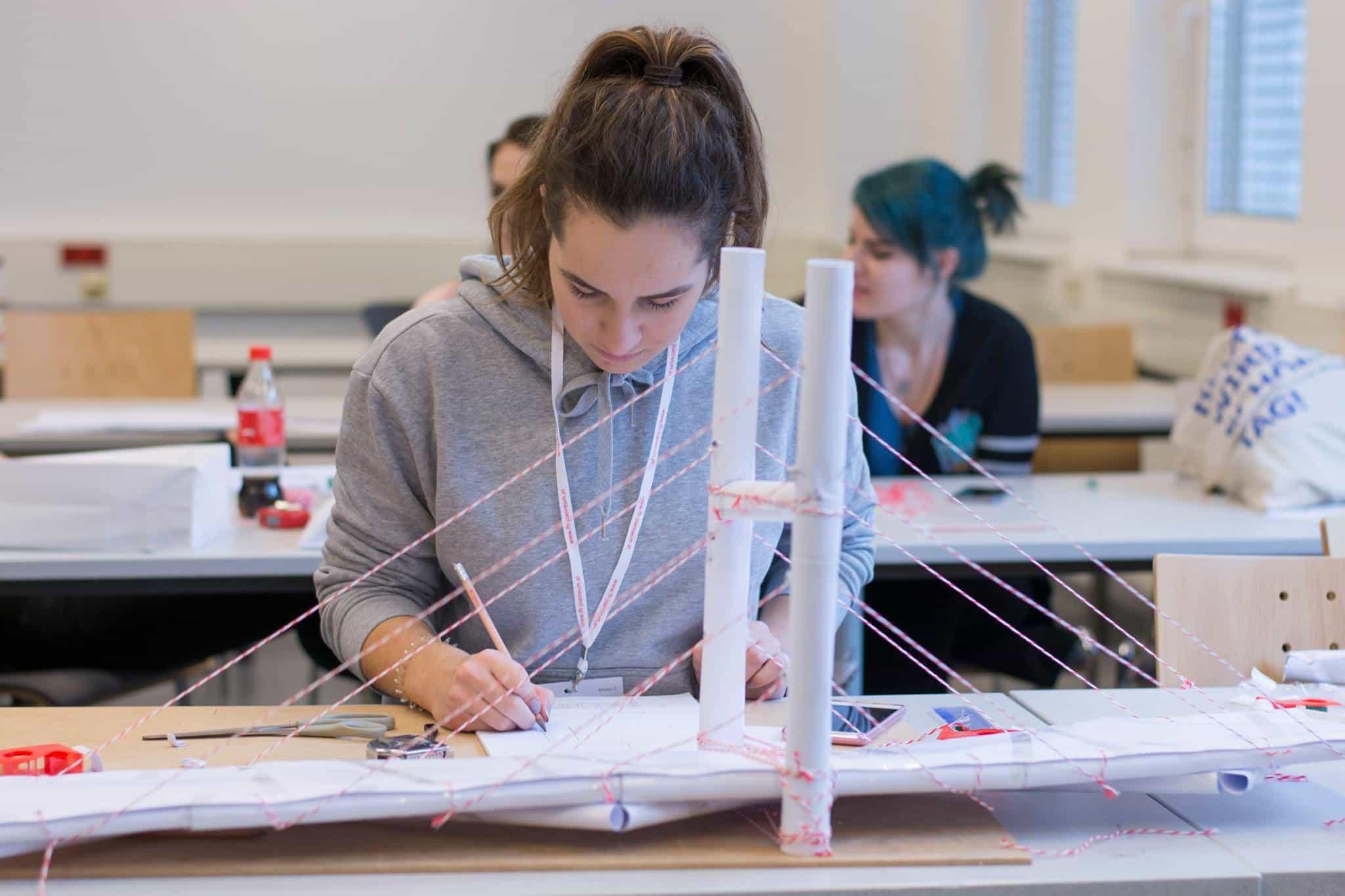 Die Schülerinnen und Schüler bei FUNTech 2017 bauten verschiedene Brückentypen aus Papier und testeten ihre Standhaftigkeit. (© FH JOANNEUM / Felix, Joachim)