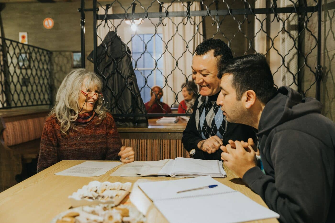 Beim wöchentlichen Deutschkurs lernen die Bewohnerinnen und Bewohner, sich auch auf Deutsch zu verständigen.