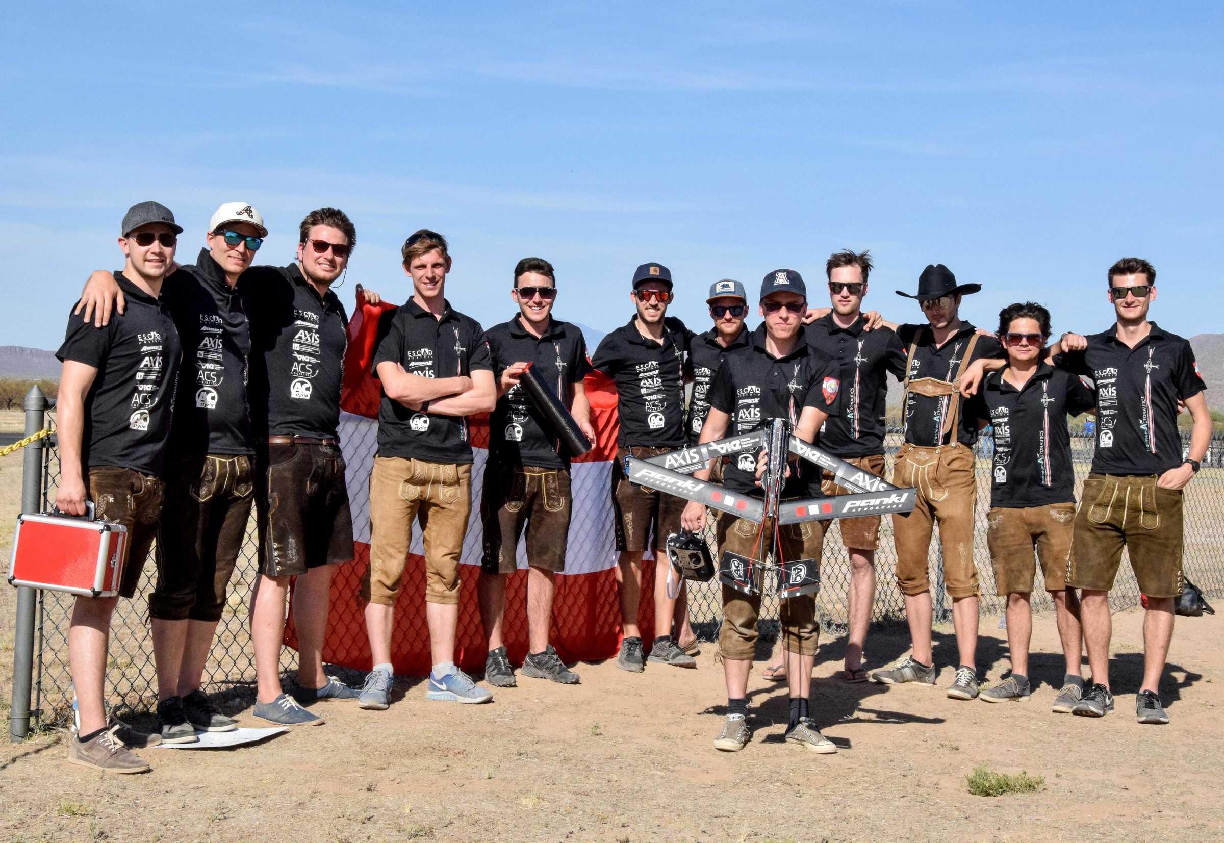 Die Studierenden mit dem Flugobjekt im Vordergrund in Arizona.