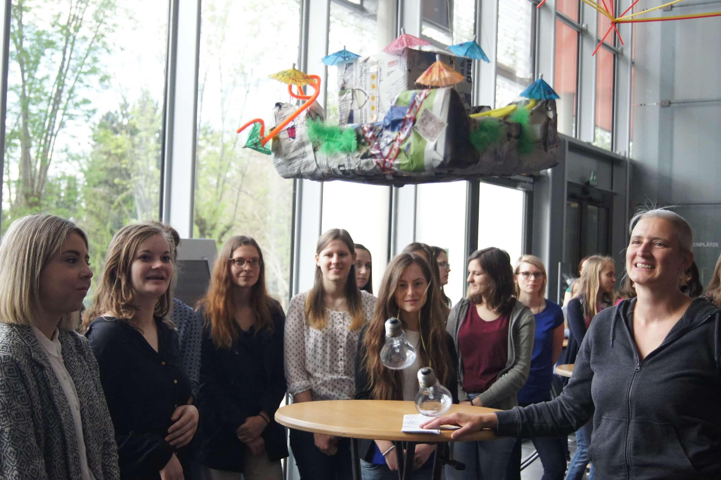 Künstlerin Helga Chibidziura und die Studierdenen präsentierten die entstandenen Werke.