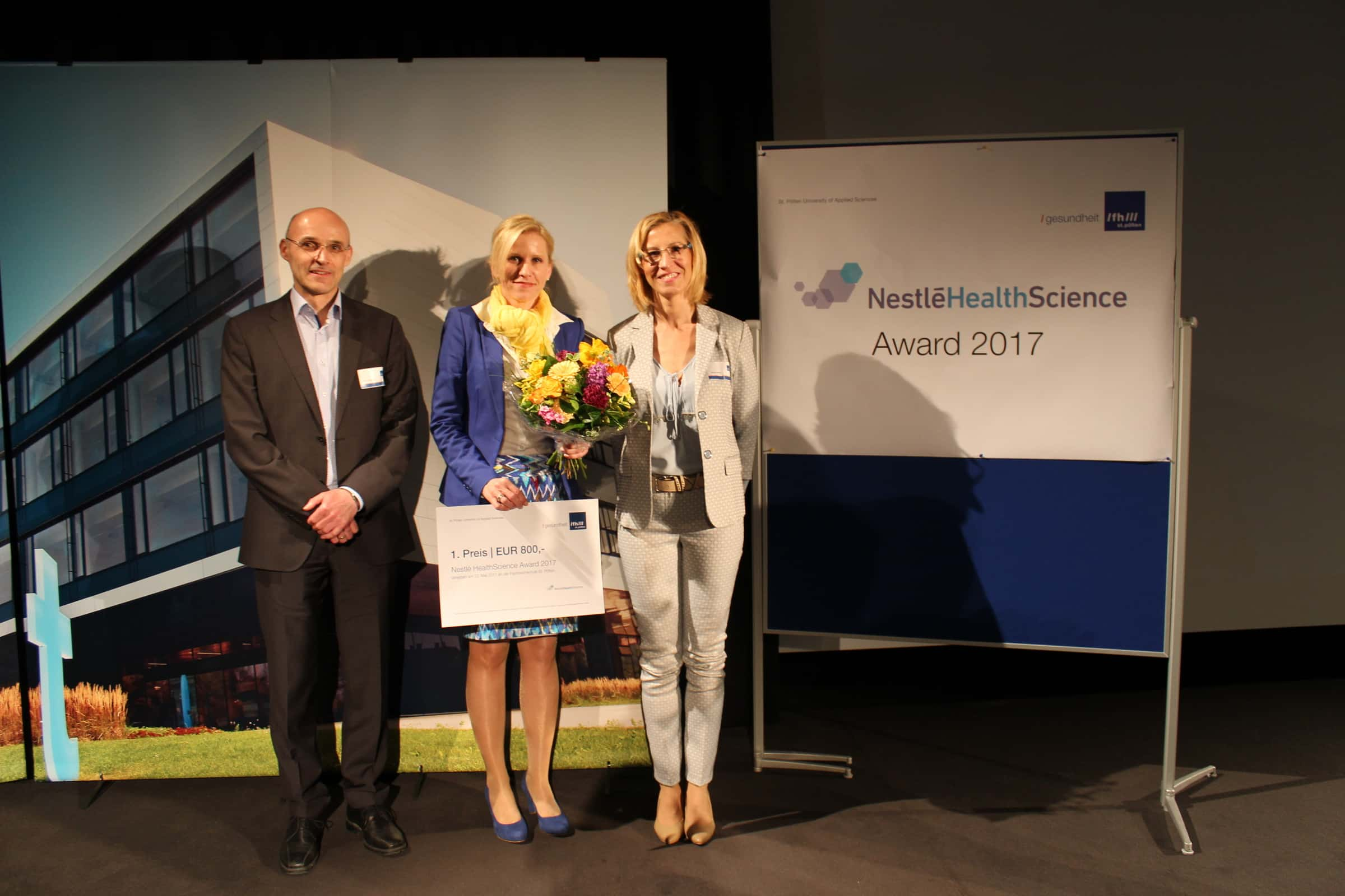 Daniela Gmeindl-Tscherner mit Blumenstrauß und Scheck.