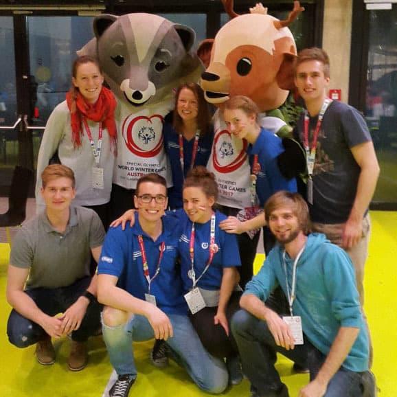 Studierende mit den Maskottchen der Special Olympics World Winter Games in der Steiermark