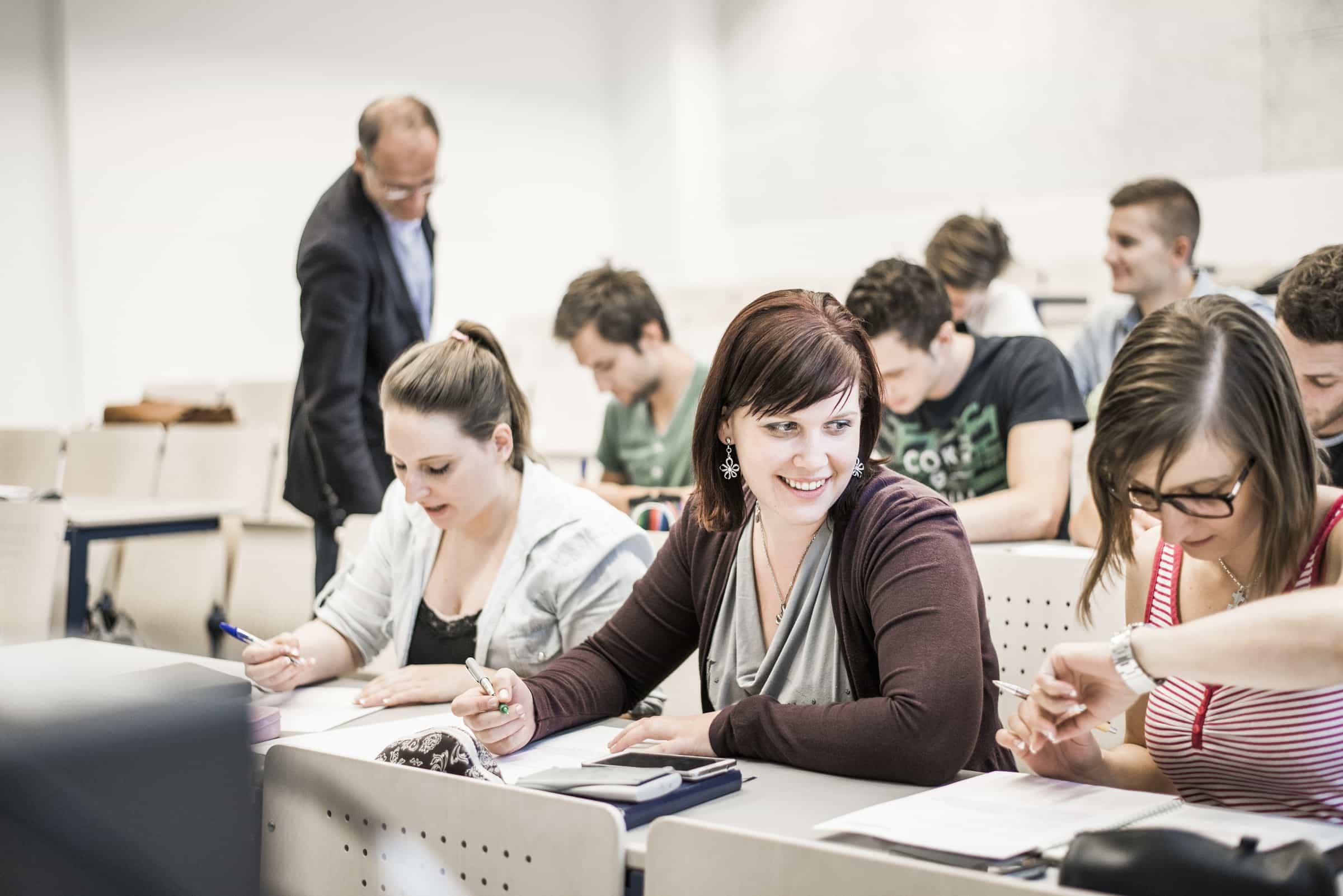 Foto mit Studierenden in einem Hörsaal.