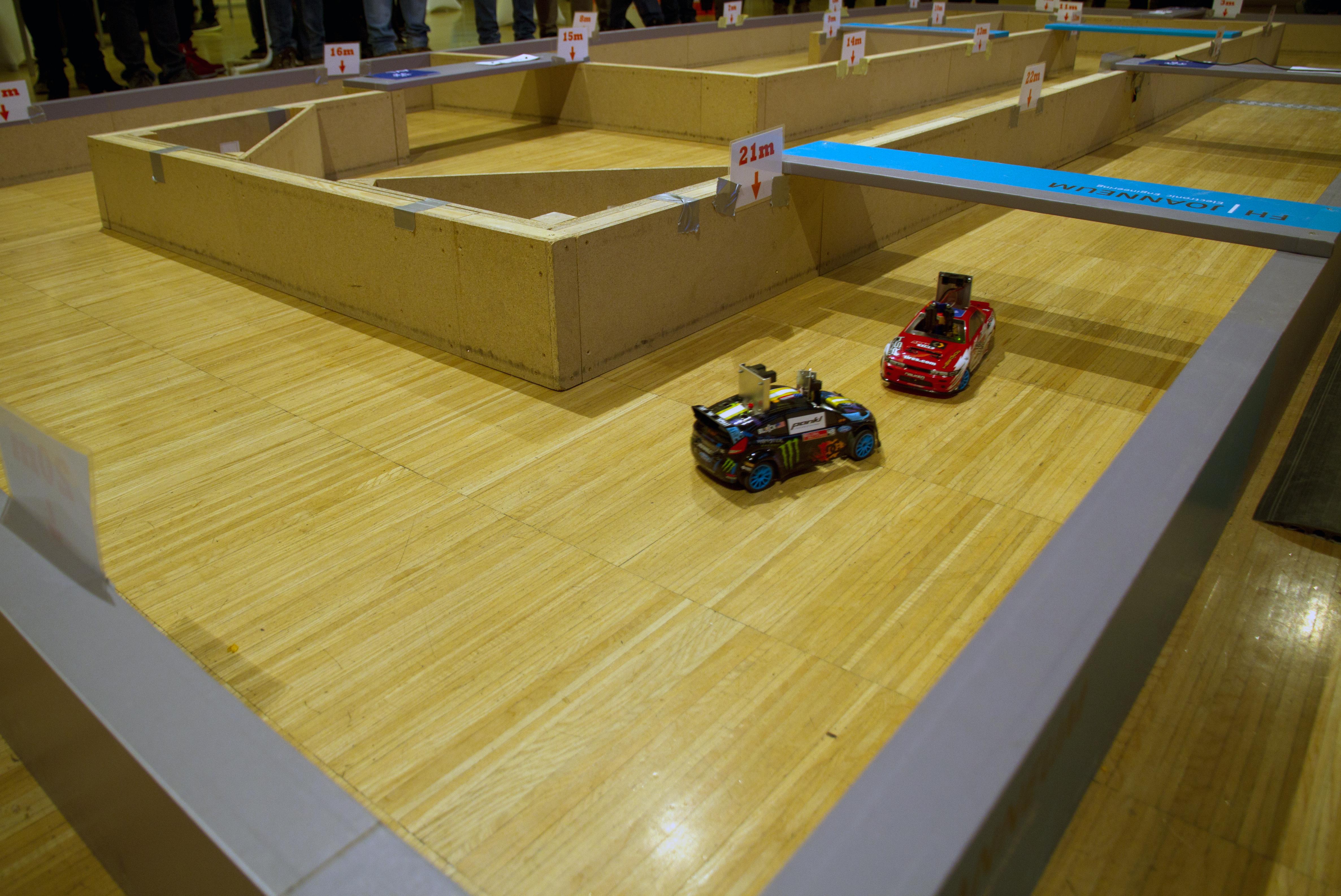Bild mit zwei kleinen Autos beim Crazy Car Wettbewerb.