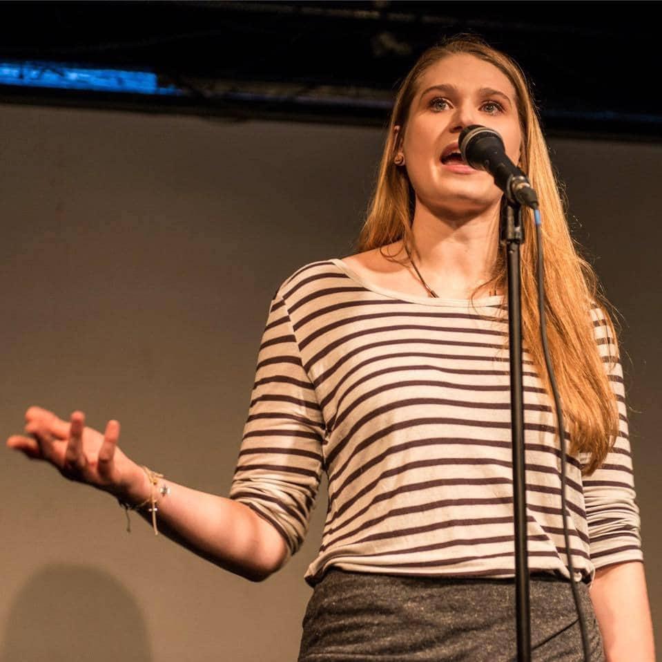 Agnes Maier auf einer Bühne vor einem Mikrofon.