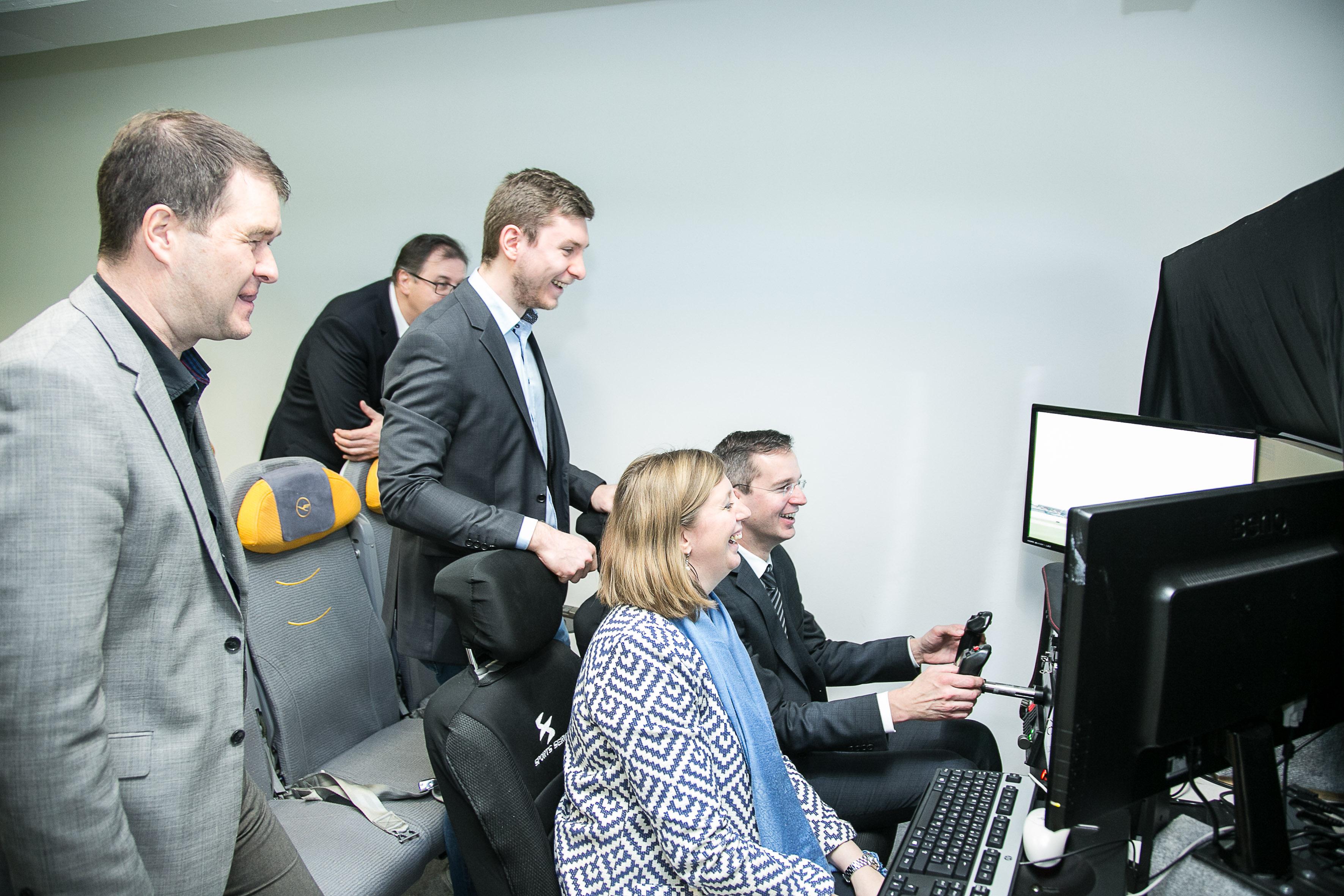 Fünf Personen in einem Computer-Flugsimulator.