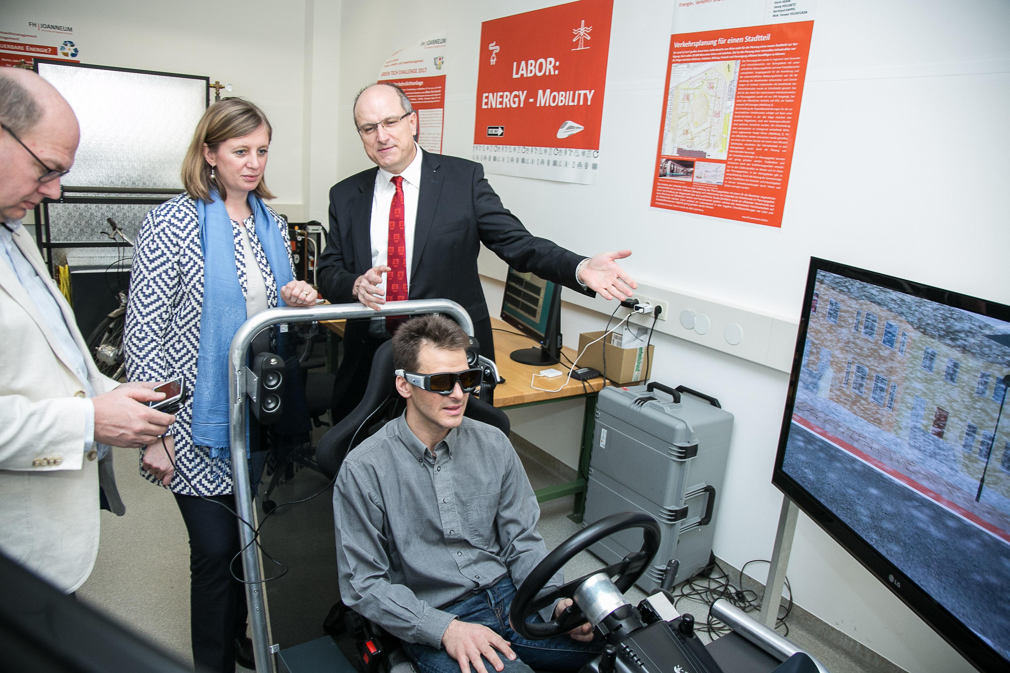 Vier Personen im Labor rund um einen Autosimulator.