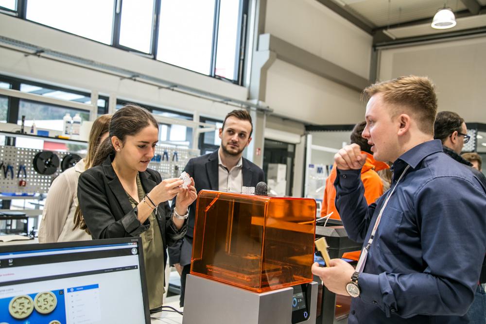 Menschen rund um einen 3D_Drucker