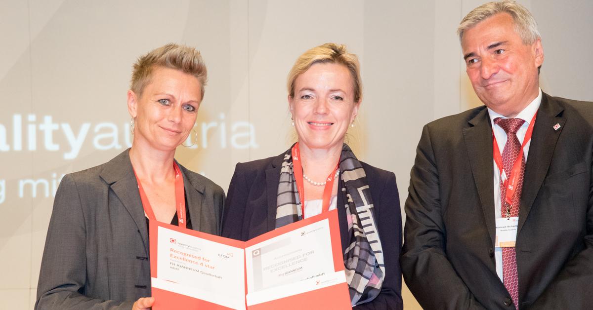 Margot Wieser und Roswitha Wiedenhofer mit dem Zertifikat.
