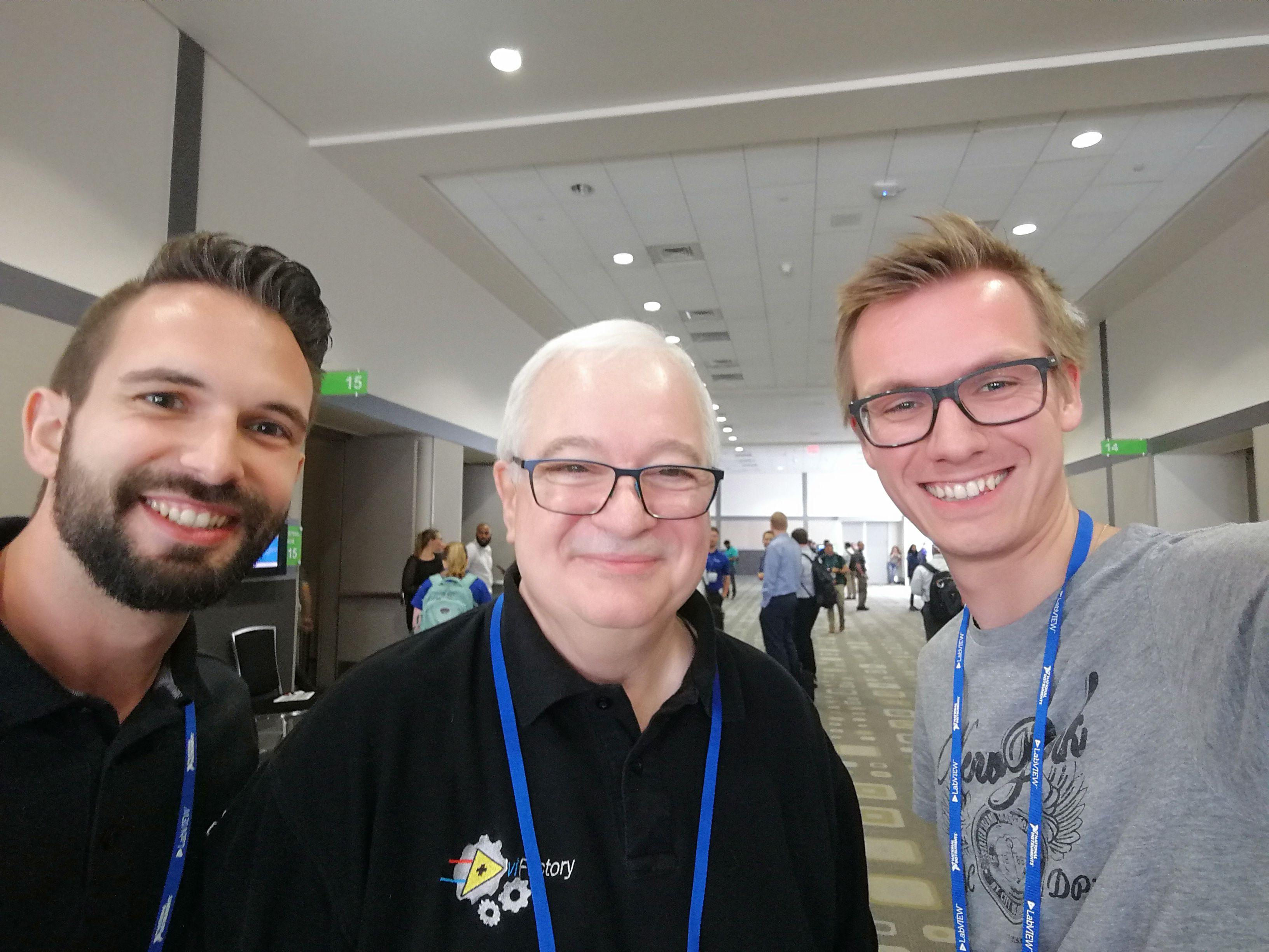 Foto von Michael Schütz und Gerald Ferner mit Jeff Kodosky, dem Cofounder von National Instruments und Father of LabVIEW.