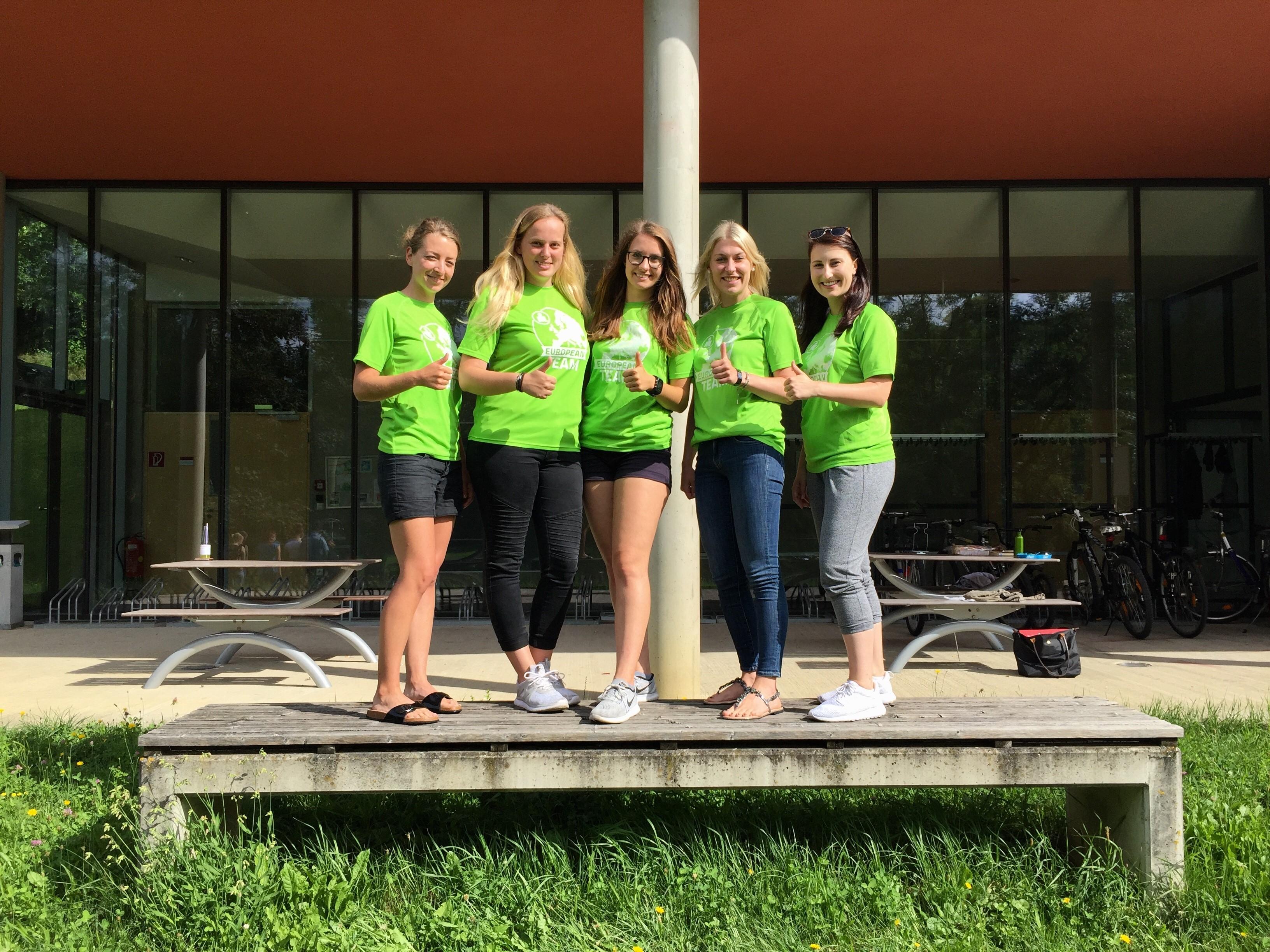 Fünf Studierende vor dem Gebäude in Bad Gleichenberg
