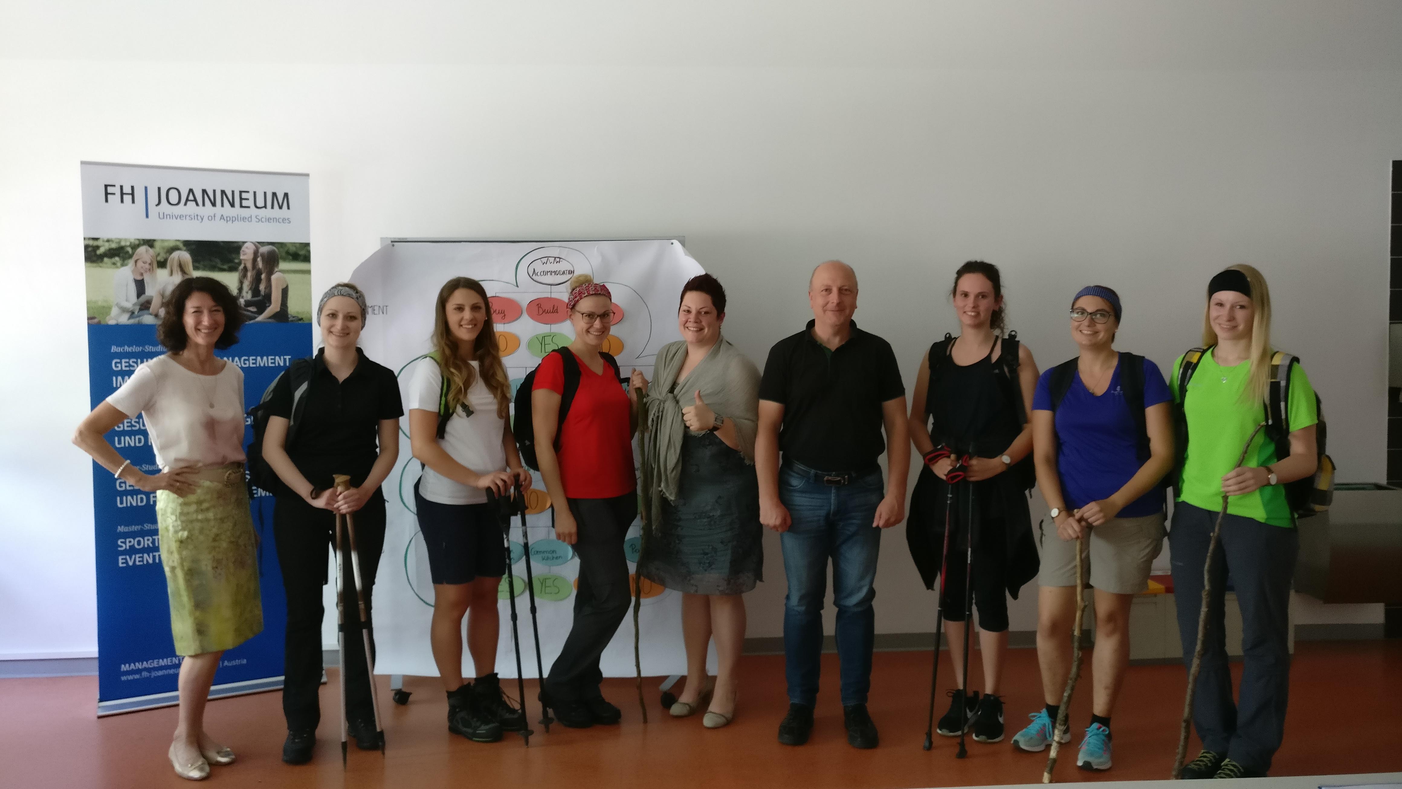 Das Projektteam im Hörsaal mit Wanderstöcken