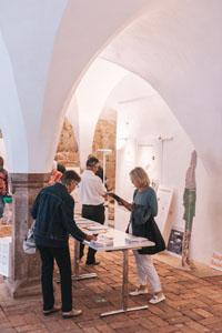 Personen besichtigen die Ausstellung.