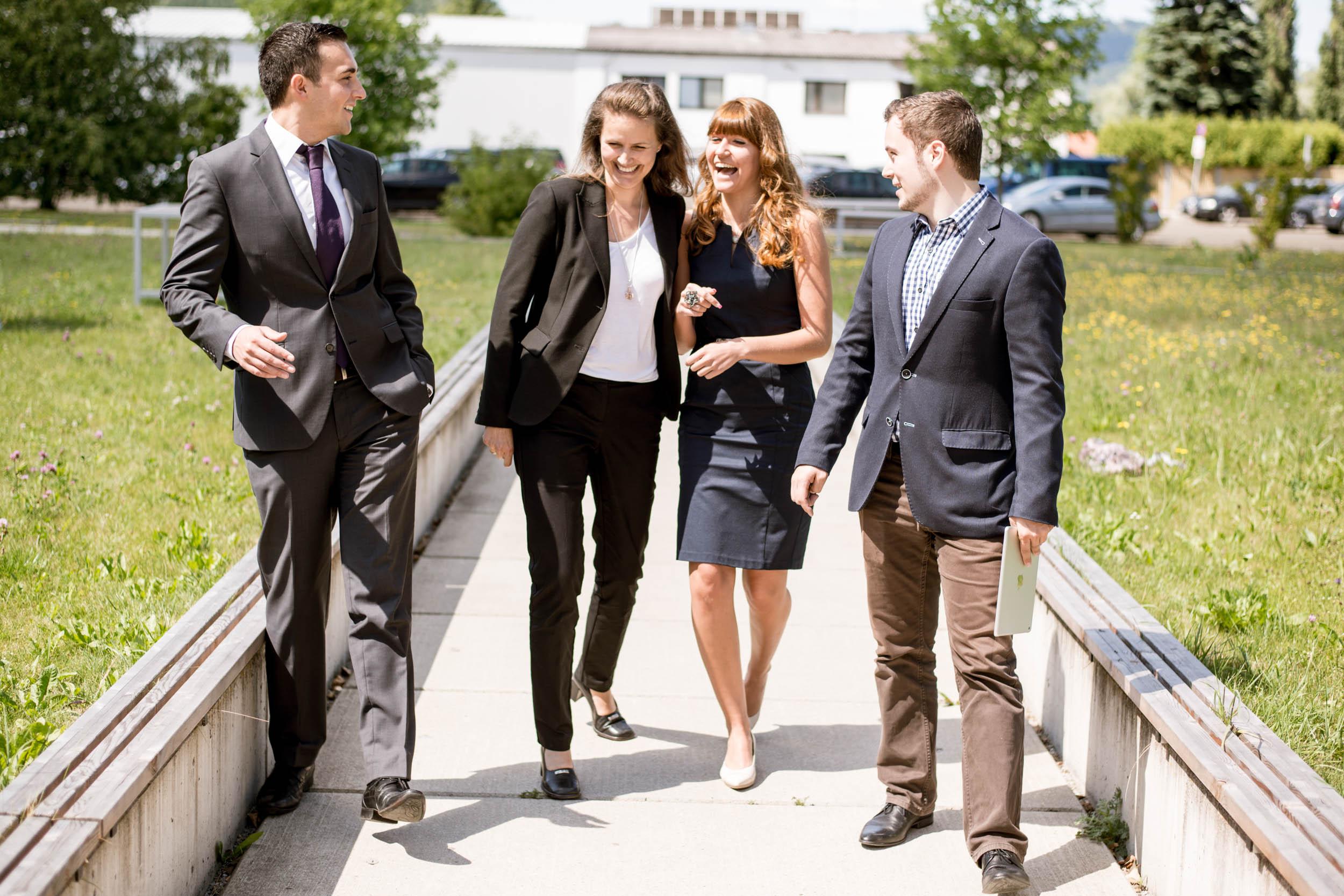Vier Personen in Businessoutfit an der FH JOANNEUM Kapfenberg.