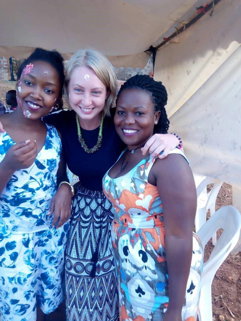 Anna Schrempf mit zwei Frauen aus Uganda.