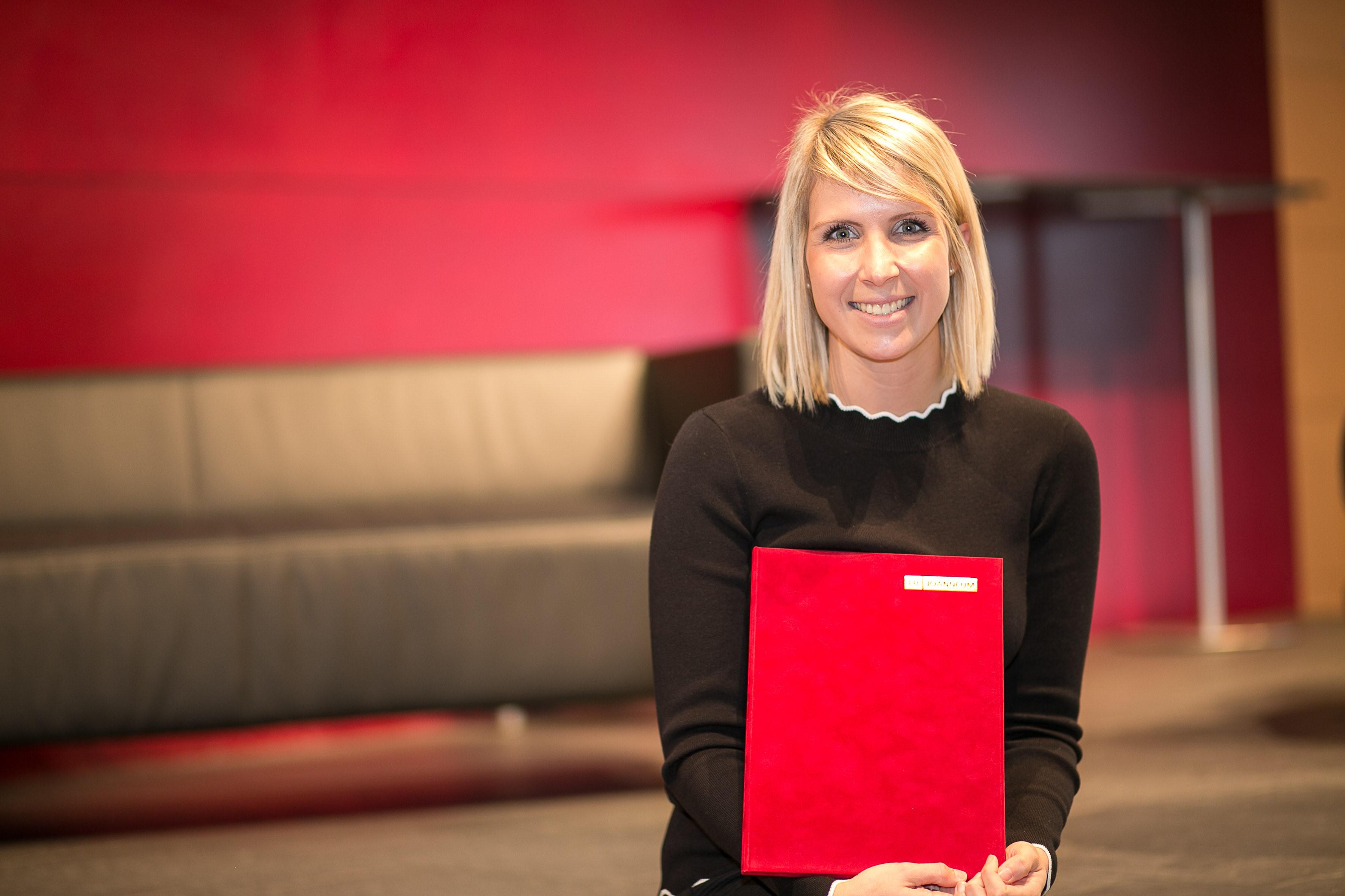 Stefanie Schwarzl mit der Auszeichnung vom Didaktik Tag.