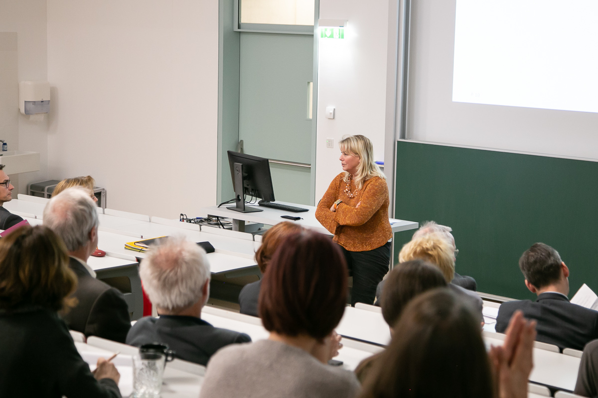 Edeltraud Hanappi-Egger stellt ein Modell zur universitären Leistungsbewertung im Kontext vor.