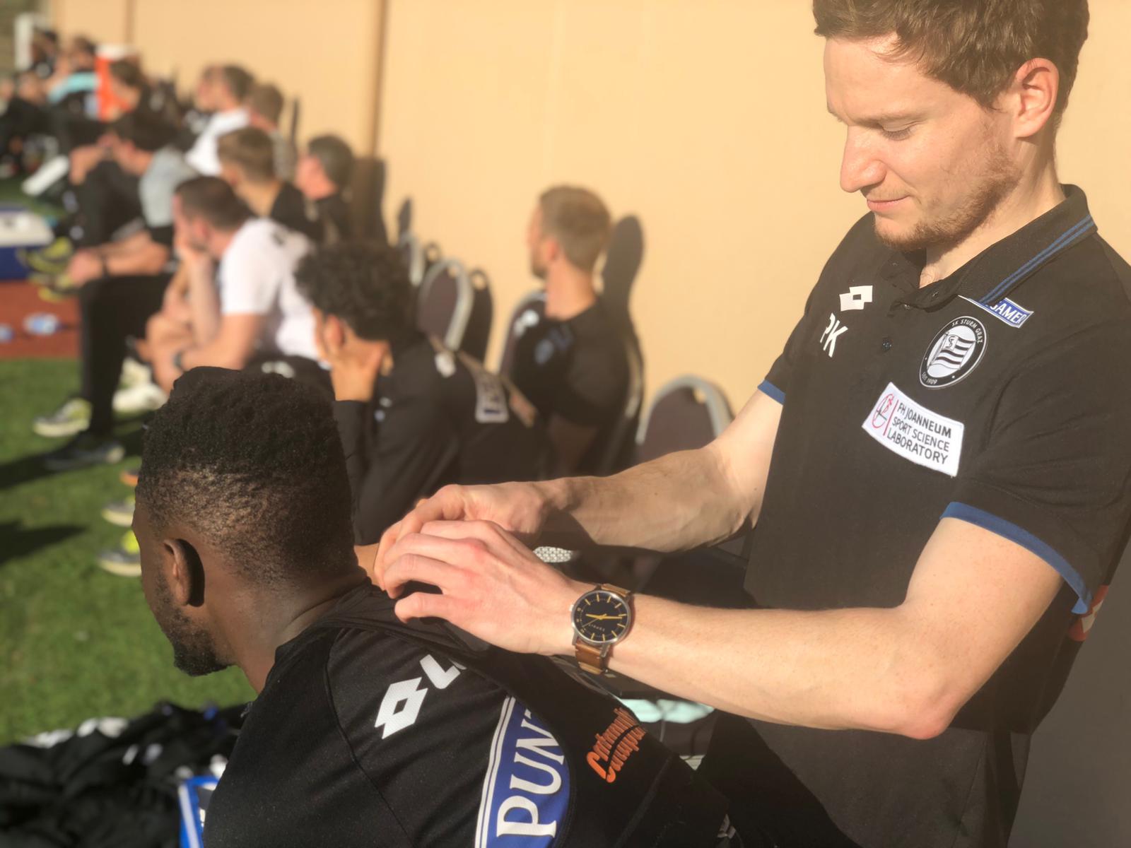 Ein Sensor wird im Nacken der Spieler positioniert.