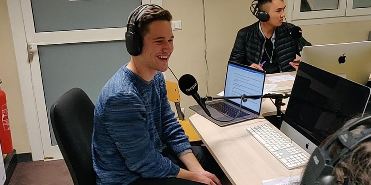 Matteo Eichhorn vor einem Radiomikrofon.
