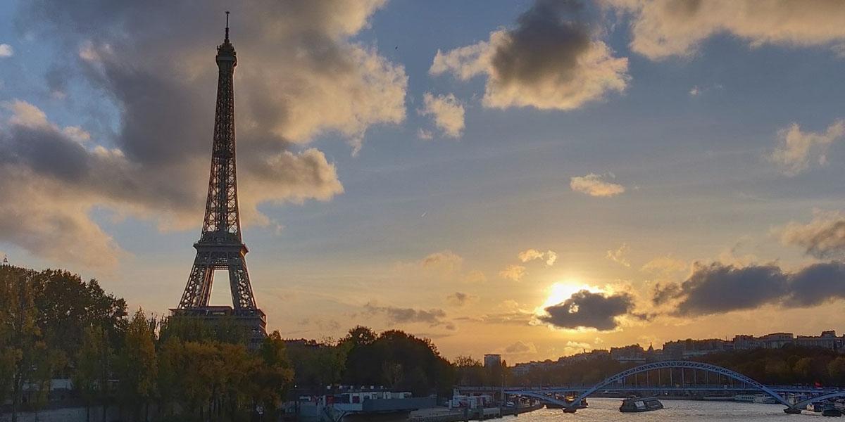 Der Pariser Eiffelturm im Sonnenuntergang.