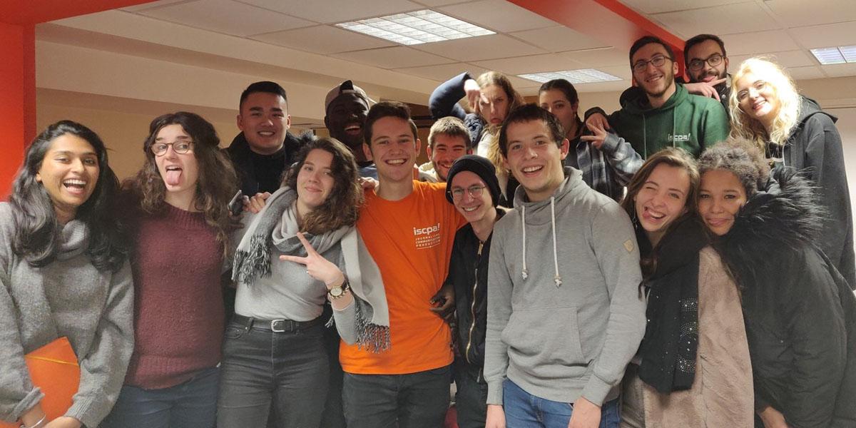 Matteo Eichhorn mit Studienkolleginnen und -kollegen an der Pariser Journalismusschule.