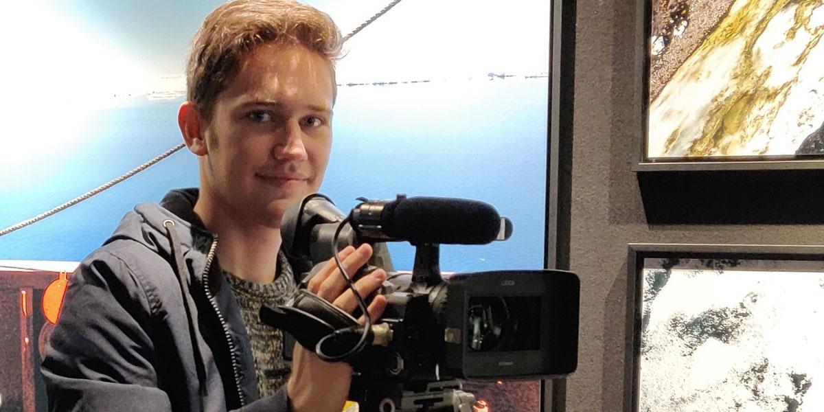 Matteo Eichhorn hält eine Kamera in der Hand.