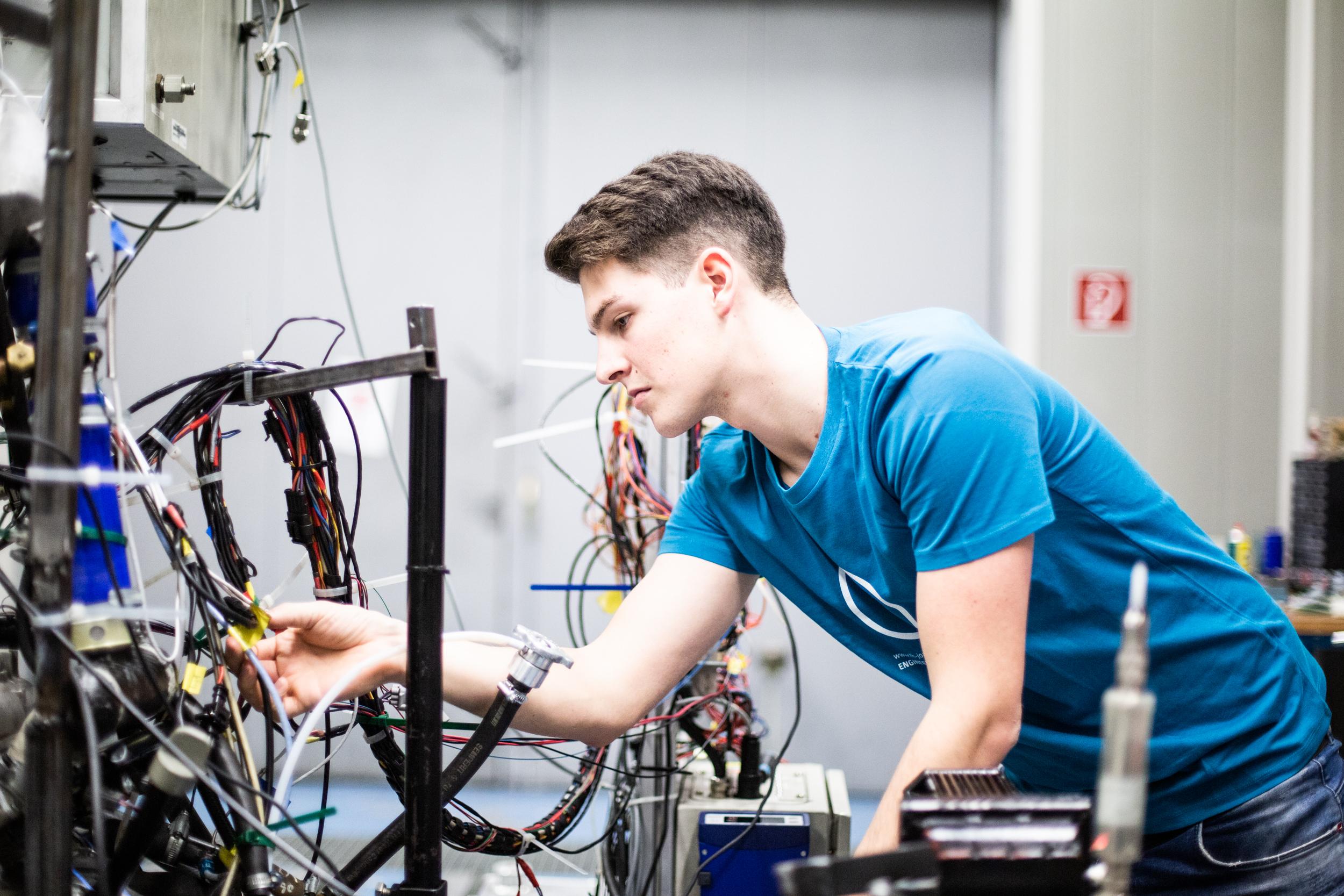 Matthias Grüner macht eine Fahrzeugtechnik-Übung.