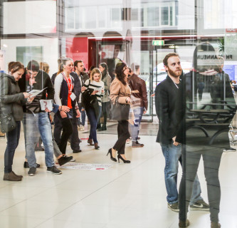 Studierende besuchen das Open House 2019 der FH JOANNEUM.