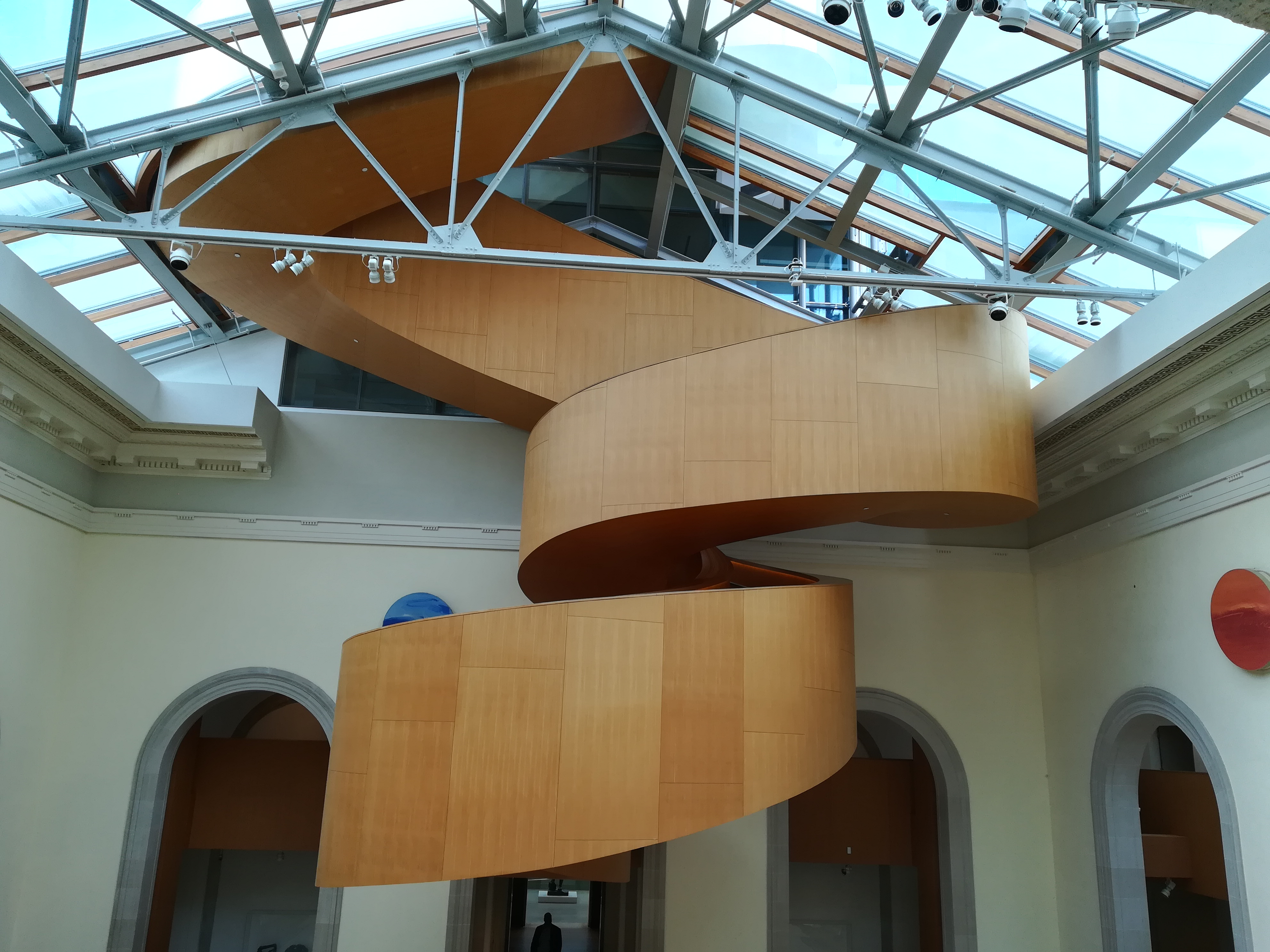 Wendeltreppe aus Holz in der Art Gallery of Ontario.