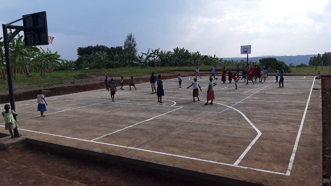 Basketballplatz mit spielenden Menschen.