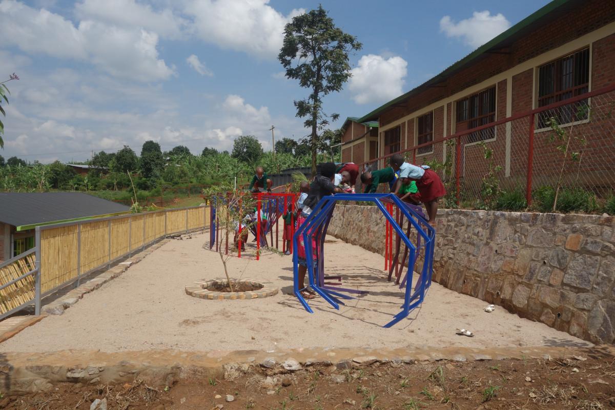 Kinder auf einem Spielplatz in Ruanda.