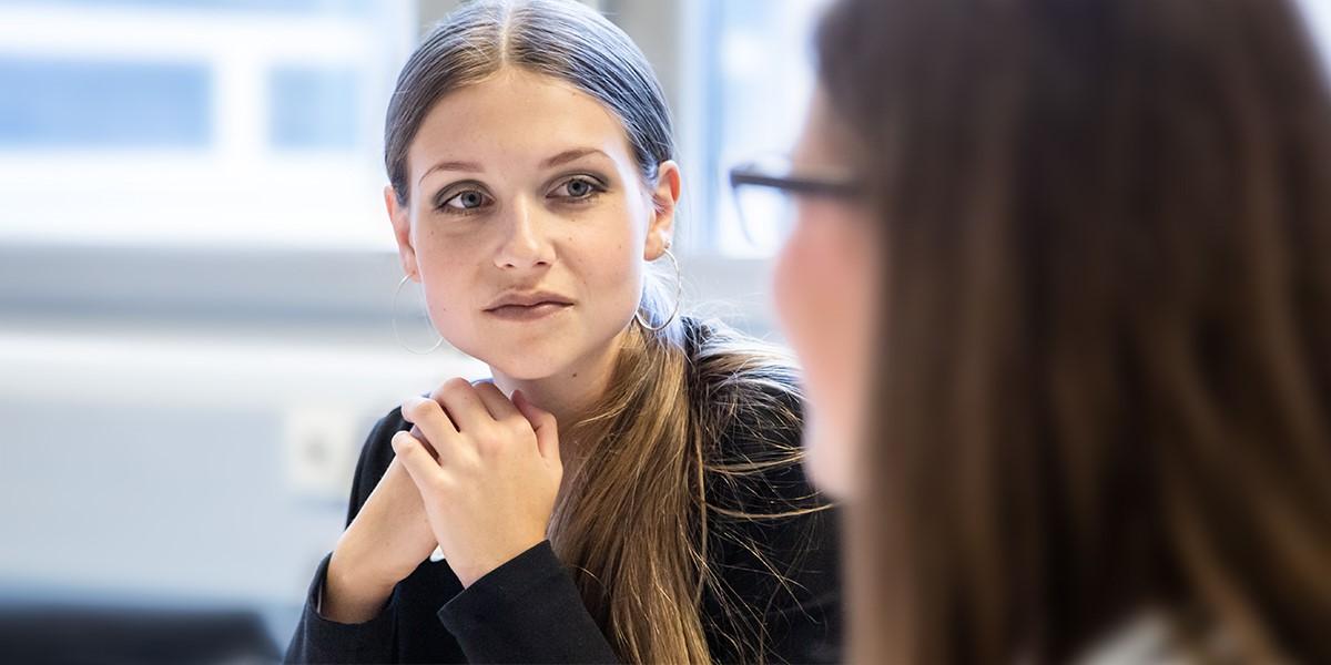 Diätologin Birgit Kogler spricht mit einer Sozialarbeiterin über die neuesten Erkenntnisse.