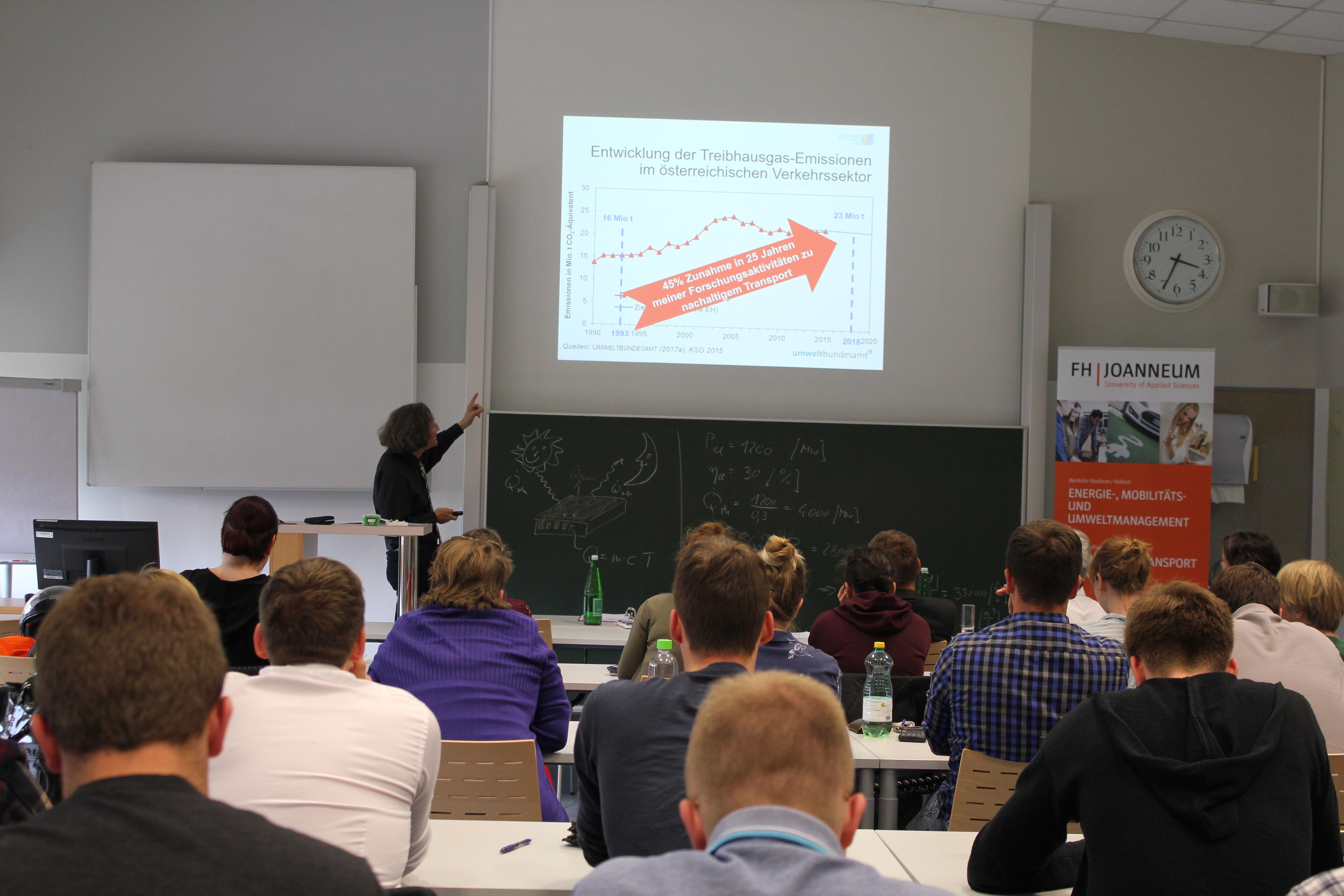 Gerfried Jungmeier in der Schwerpunktvorlesung zum Thema Klimawandel und Mobilität.