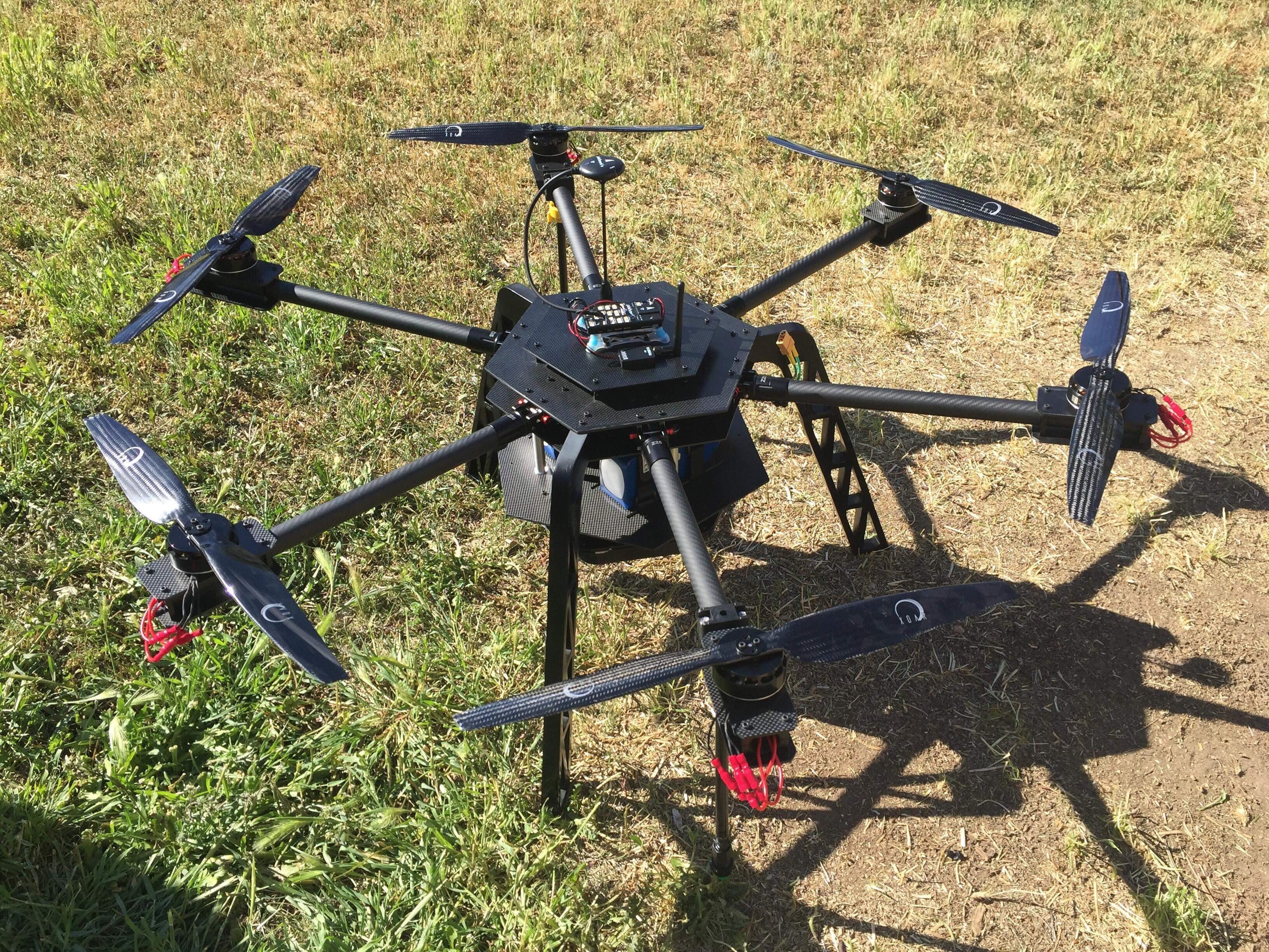 Drohne am Boden in der Wiese.