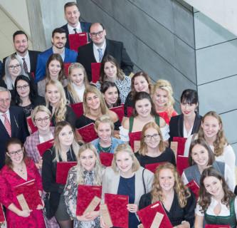 """FH JOANNEUM: Graduierung der ersten Absolventinnen und Absolventen von """"Gesundheits- und Krankenpflege"""""""