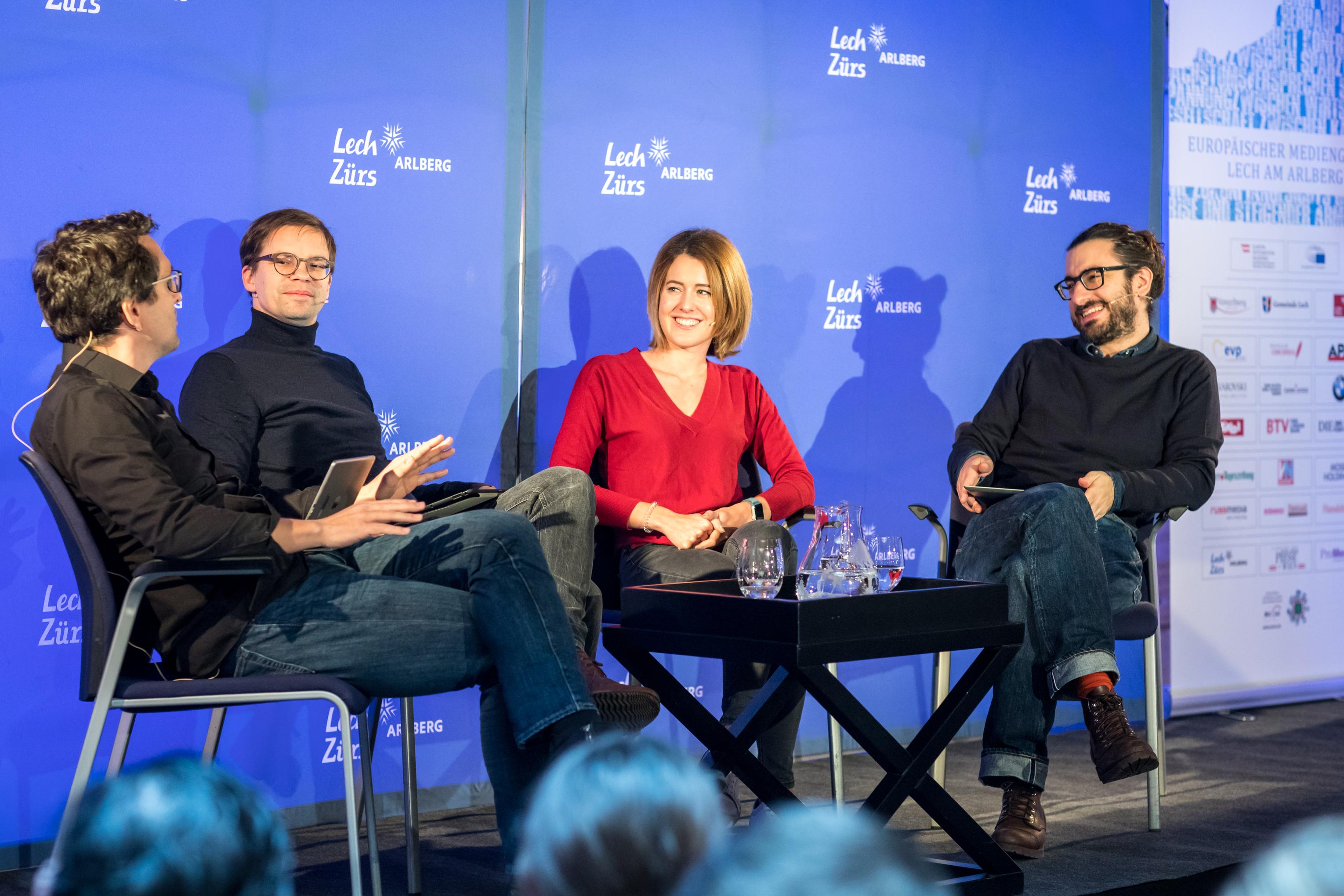Florian Gasser, Lenz Jacobsen und Matthias Daum mit Claudia Gamon während der Live-Aufnahme ihres Podcasts