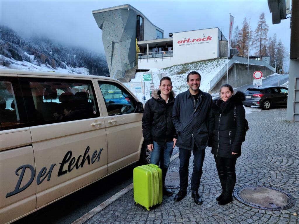 Matteo Eichhorn und Christina Harrich nach der Taxifahrt mit Florian Klenk