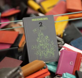 The Freienbibel 2 is the new guidebook for freelance journalists. Photo: Die Freienbibel 2 ist der neue Ratgeber für freie Journalistinnen und Journalisten. Foto: Heinrich Holtgreve/Ostkreuz