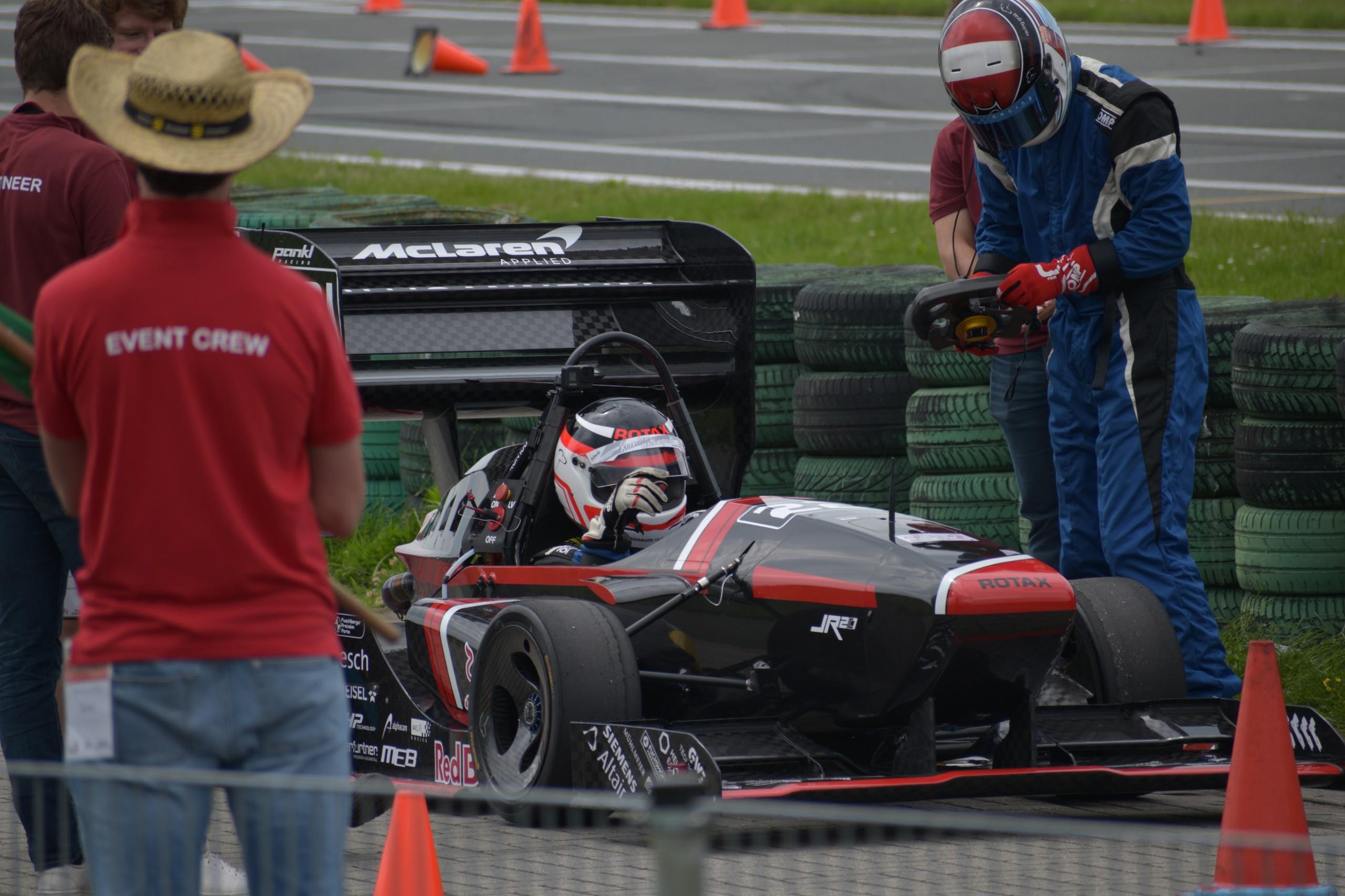 Nach den technischen Überprüfungen können die dynamischen Bewerbe starten. Foto: joanneum racing graz