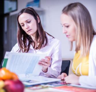 Bianca Fuchs-Neuhold bespricht mit einer Mitarbeiterin des Instituts Diätologie die Unterlagen.