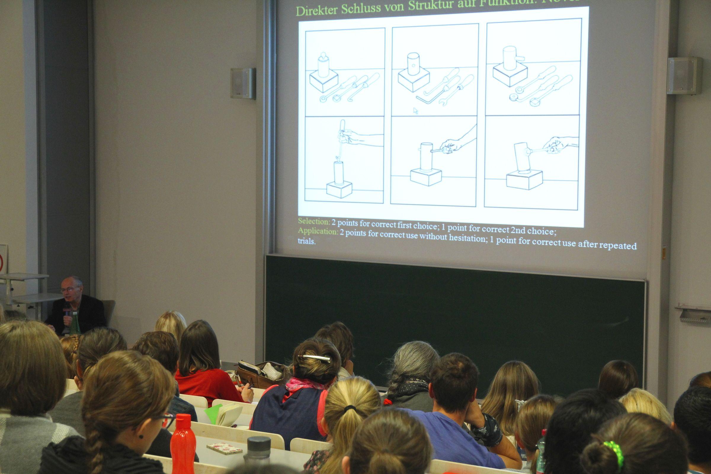 Rund 120 Interessierte informierten sich bei der Veranstaltung der FH JOANNEUM zum Thema Apraxie. Georg Goldenberg erläuterte die verschiedenen motorischen Störungen, die bei Apraxie auftreten können. (© FH JOANNEUM)