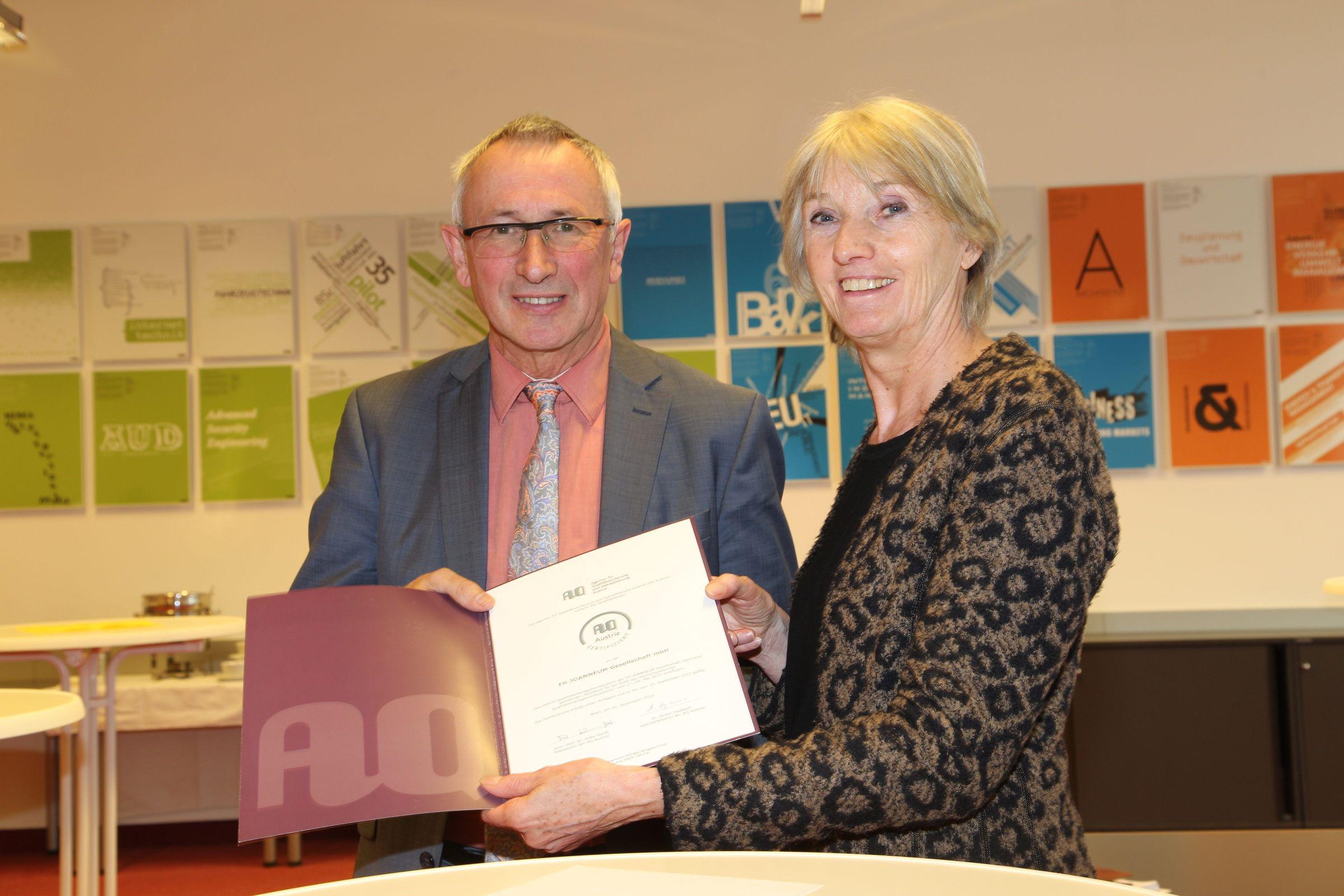 Rektor Univ.-Prof. DI Dr. Karl Peter Pfeiffer nahm das Zertifikat von Univ.Prof. Dr. Anke Hanft entgegen.