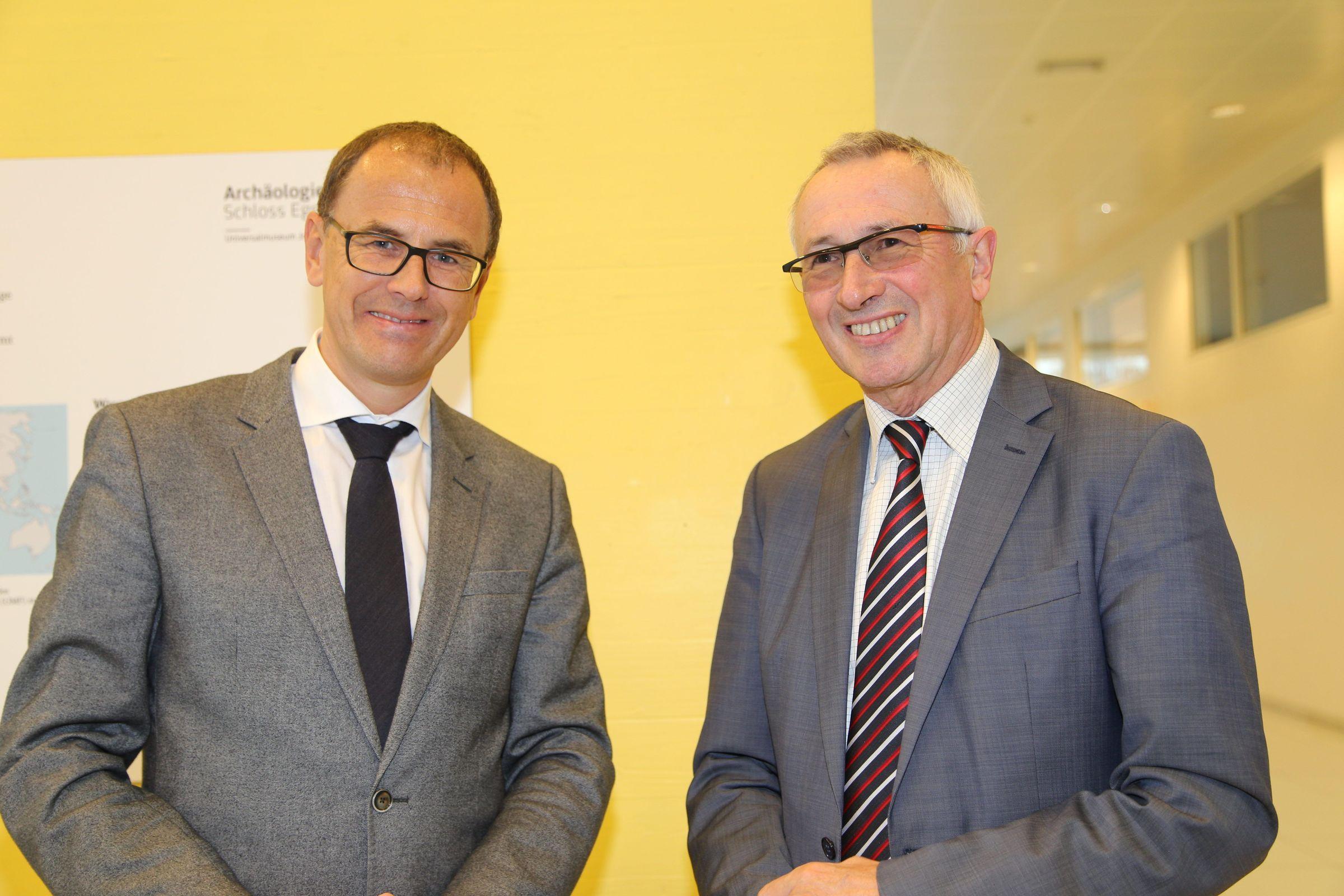 Hofrat Wolfgang Muchitsch und Rektor Karl Peter Pfeiffer eröffneten gemeinsam die Ausstellung.